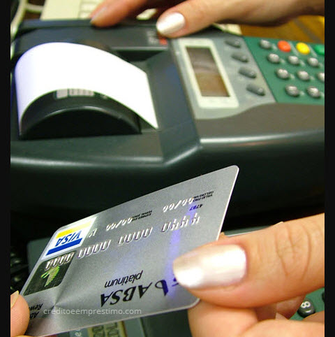 Pessoa entregando cartão para outra, diferença entre cartão de crédito e cartão de débito