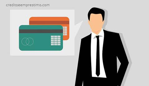Homem falando sobre cartão, como fazer cartão de crédito