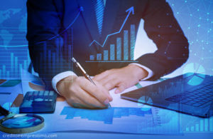 Homem na mesa fazendo cálculos, contador, finanças, gráficos